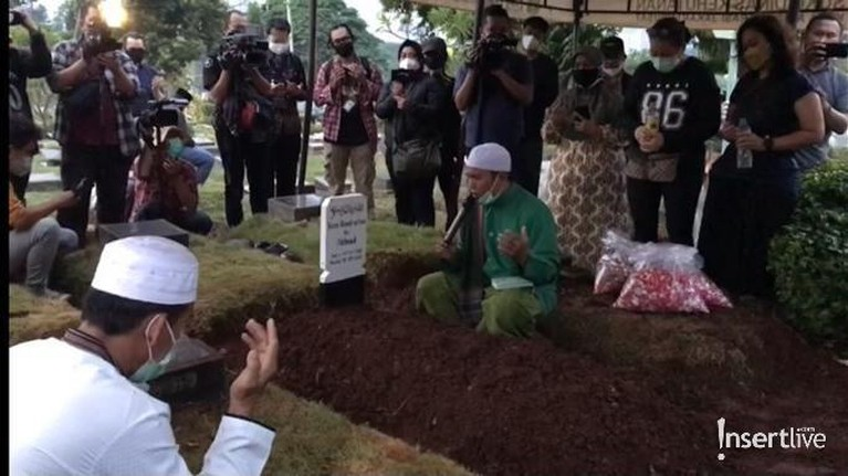 Prosesi Pemakaman Koes Hendratmo