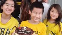 <p>Putra Sheila Marcia yang bernama Jedd Melchior Mirano baru saja merayakan ulang tahun yang ke-9 nih. Mereka tampak sangat ceria ketika merayakan hari spesial Jedd. (Foto: Instagram @itssheilamj)</p>