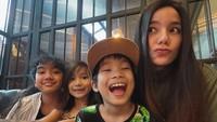 <p>Hubungan Sheila Marcia dan ketiga anak-anaknya dari pernikahan Kiki Mirano juga tampak semakin harmonis. Tengok saja potret keceriaan Sheila dengan Leticia, Nathaniel, dan Jedd. (Foto: Instagram @itssheilamj)</p>