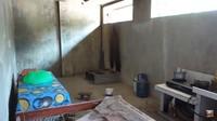 <p>Sepuluh tahun menjadi TKW, ia pun mulai mencicil rumah. Yanti mulai membeli tanah terlebih dahulu sebelum mengumpulkan bahan-bahan material. Yanti mulai mencicil dengan membeli batu bata, hingga kerangka besinya. (Foto: YouTube Yanti Guixe family)</p>