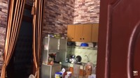 <p>Meski berukuran sangat luas dengan dua lantai, Yanti membuat rumahnya tetap terlihat sederhana, Bunda. Yanti sangat bangga dengan pencapaiannya lho. Sebelumnya, pekerjaan Yanti sebagai TKW sempat dihina oleh kenalannya yang merupakan PNS. (Foto: YouTube Yanti Guixe family)</p>