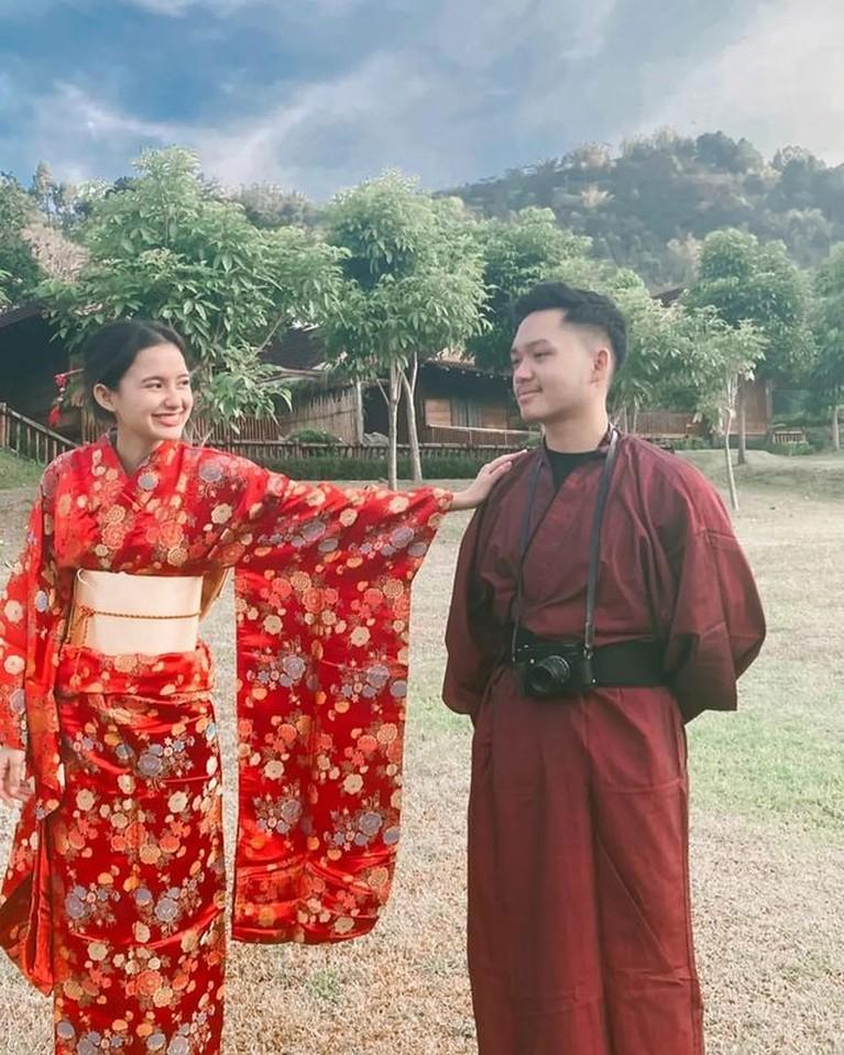 Azriel Hermansyah melakukan pemotretan bersama sang kekasih Sarah Menzel mesra ala prewedding. Yuk intip!