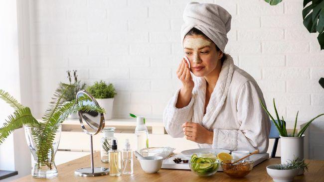 Untuk mengatasi kulit belang dan bintik-bintik gelap, berikut cara mengatasi warna kulit tidak merata yang bisa dilakukan sendiri di rumah.