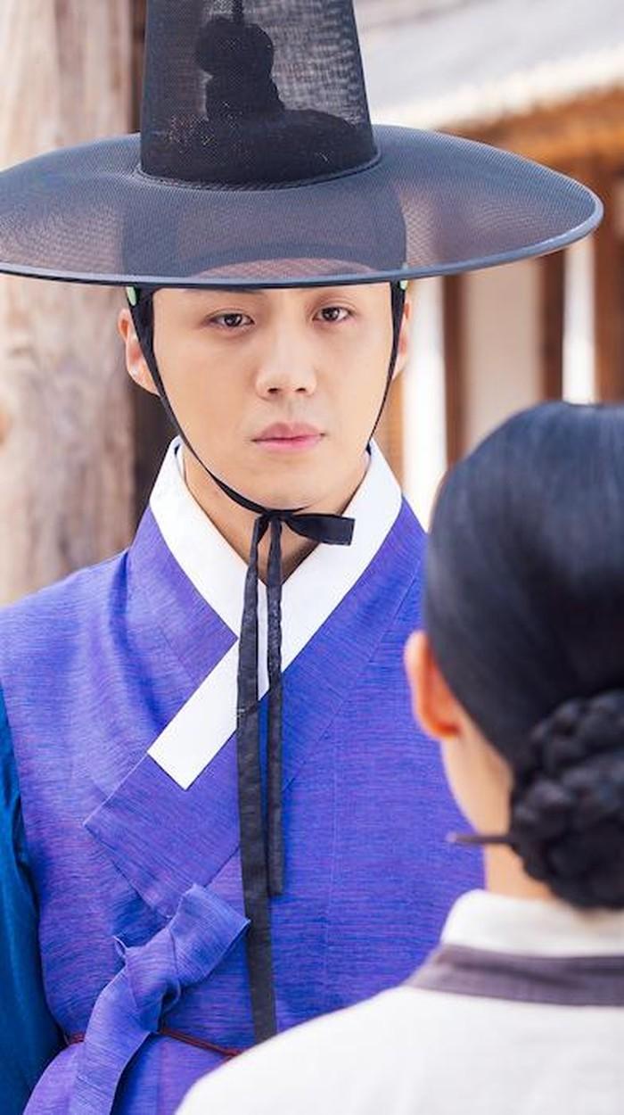 Pecinta drama sageuk sekaligus komedi romantis, merapat! Di sini kamu akan melihat kemampuan akting Kim Seon Ho bareng artis keren lainnya. Oh iya ada member EXO, D.O, lho! Di 100 Days My Prince yang tayang pada 2018. /Foto: (dok. Netflix)