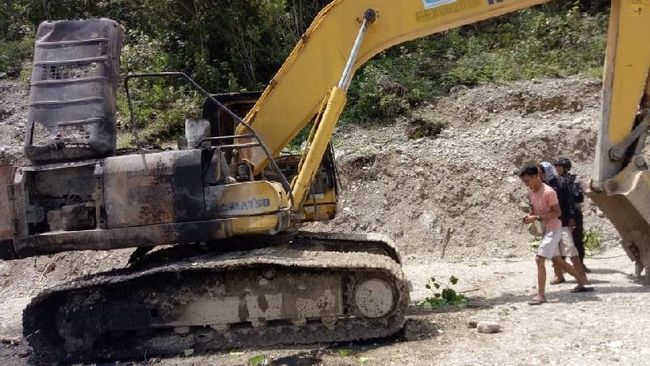 KKB menyebut alat berat berupa beko besar itu sengaja dibakar karena jadi alat pembangunan jalan TransPapua yang mereka tolak.