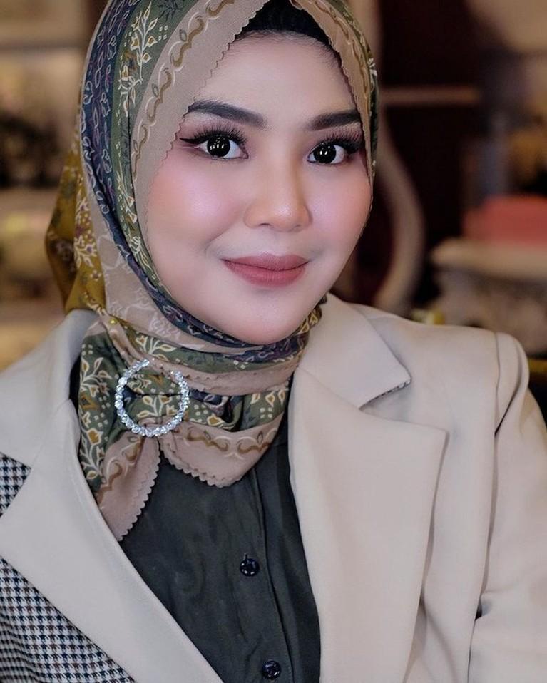 Rosa Meldianti mengubah penampilannya dengan berhijab. Yuk kita intip potret terbarunya dengan hijab!