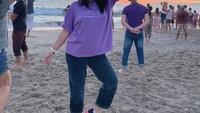 <p>Caca juga ikuti <em>healing therapy</em> berupa <em>intuititive dancing</em> di Venice Beach. Dalam potret berikut, ia terlihat semangat menari sambil diiringan musik dari <em>headphone</em> bersama orang asing nih, Bunda. (Foto: Instagram @marshanda99)</p>