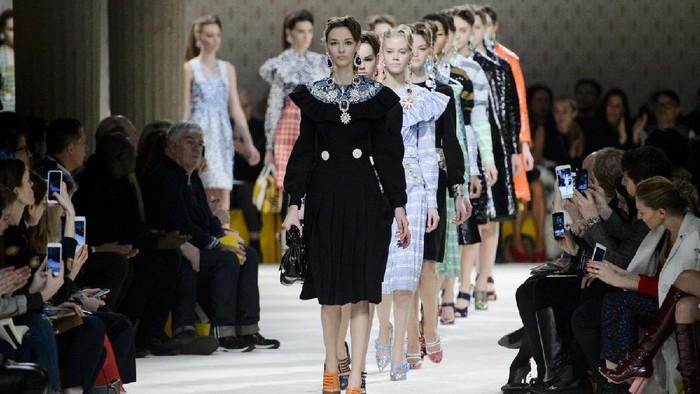 5 Desainer Fashion Terkaya di Dunia! Nggak Nyangka Ada Sosok Kontroversial Juga Masuk
