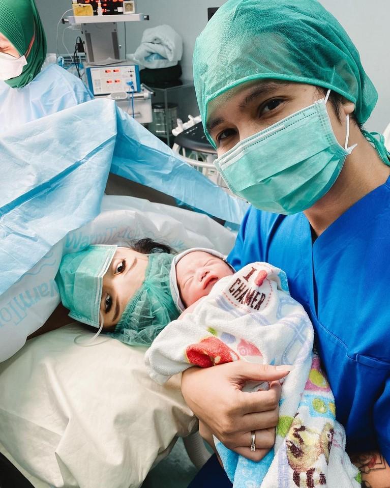 Kebahagiaan tengah menyelimuti Cherly Juno dan sang suami Arthur Chandra atas kelahiran anak kedua mereka. Yuk intip momennya!