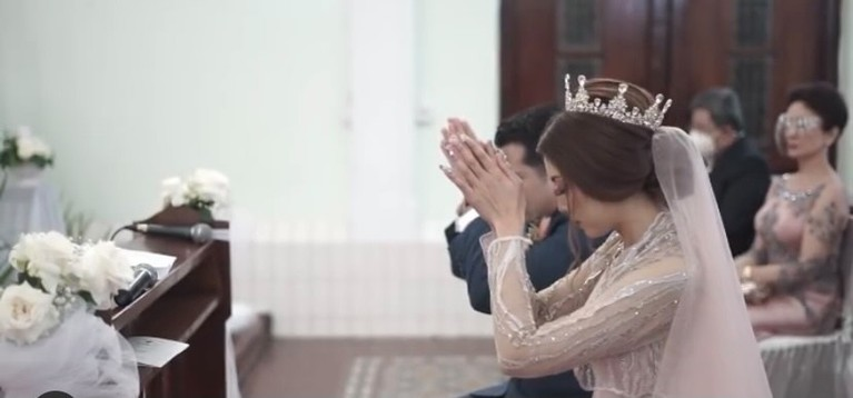 Minati Atmanegara tampak mendampingi sang putra Catra Felder pemberkatan nikah di Gereja. Yuk intip potretnya!