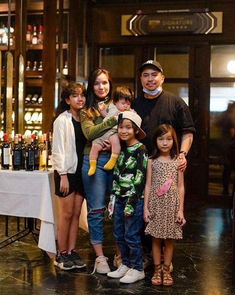 Potret Terbaru Sheila Marcia dan Keluarga yang Hidup Bahagia di Bali