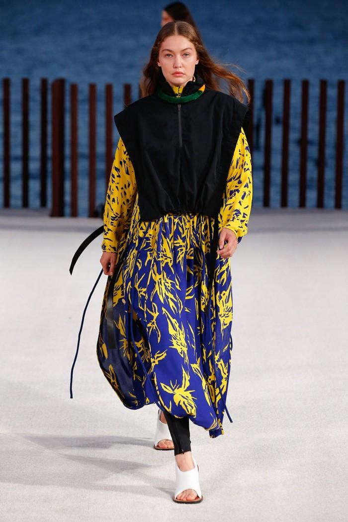 Peragaan pertama Gigi Hadid pasca rehat melahirkan adalah Proenza Schouler di New York Fashion Week spring/summer 2022. Foto: Jonas Gustavsson/Vogue
