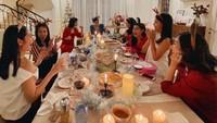 <p>Ruang makan dari Bunda tiga orang anak ini juga terlihat sangat besar, Bunda. Ririn bahkan sempat merayakan momen Natal dan pergantian tahun bersama teman-temannya di sana, lho. (Foto: Instagram: @ririndwiariyanti)</p>