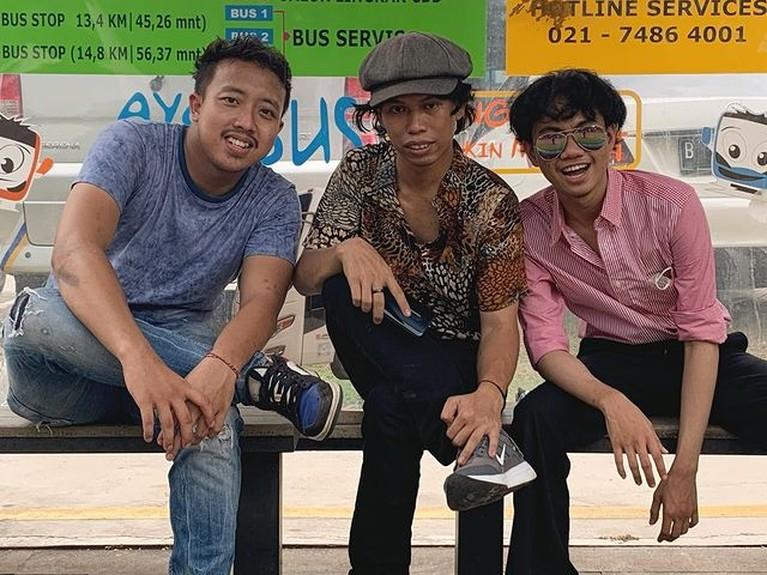 Alfin, Sepriadi dan Dimas adalah tiga pemuda yang viral karena menirukan gaya Warkop DKI. Yuk intip seberapa mirip!