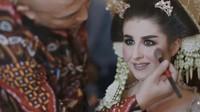 <p>Di hari bahagia itu, Tess tampil cantik ketika dirias menjadi pengantin Jawa. Ia tampil manglingi dengan riasan khas pengantin Indonesia. Penampilannya semakin anggun dengan rambut yang disanggul dan dilengkapi memakai ronce melati. (Foto: YouTube Tess & Tom)</p>