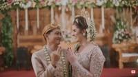<p>Pasangan beda negara, Tess dan Tom mengikat janji suci mereka di 2019. Tom meminang Tess, bule cantik dari Belanda. Prosesi pernikahan mereka dilangsungkan dengan memakai adat Jawa dan digelar di Bandung. (Foto: YouTube Tess & Tom)</p>