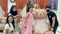 <p>Azriel Hermansyah saat ini diketahui tengah berada di Bali sehingga tidak bisa menghadiri acara ulang tahun Amora. Meski begitu, Amora tetap bersenang-senang di hari ulang tahunnya. Selamat ulang tahun ya, Amora! (Foto: Instagram @krisdayantilemos)</p>