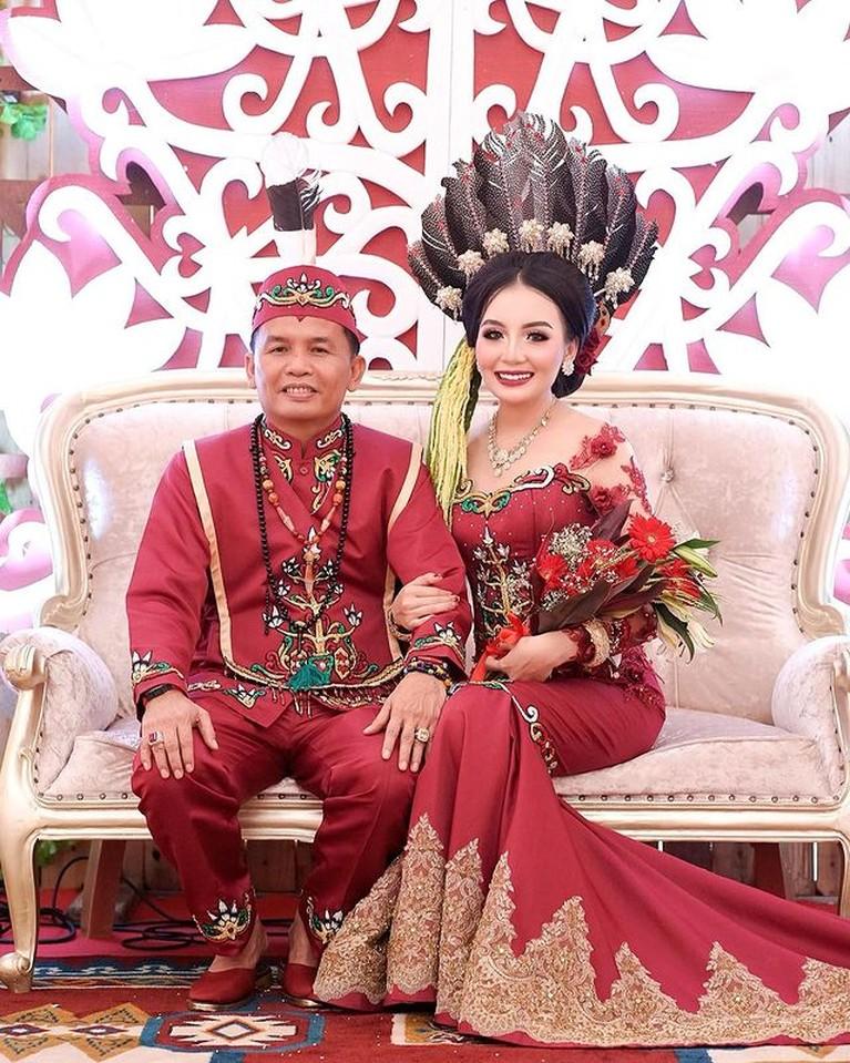 Kisah cinta Putri Pariwisata Kalteng Aisyah Thisia dan sang suami anggota DPR beda 27 tahun viral. Yuk intip!
