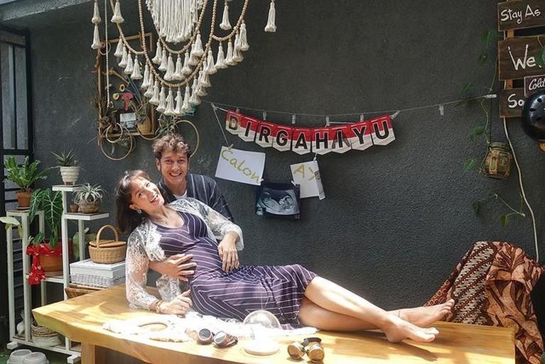 Cara Unik Nadine Chandrawinata dan Dimas Anggara Umumkan Kehamilan