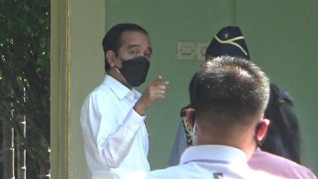 Coretan di dinding kawasan Simpang empat Wirobrajan, Kota Yogyakarta, diblok cat hitam, Jumat pagi (10/9). Itu menjadi jalur yang dilewati Jokowi dalam kunker.