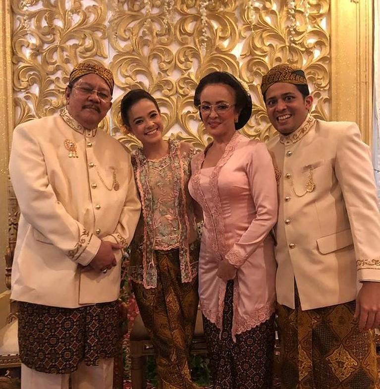 Keluarga Minati Atmanegara sedang jadi sorotan karena memiliki keyakinan yang berbeda. Yuk intip potret harmonis keluarga mereka!