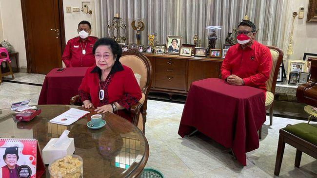 Ketum PDIP Megawati Soekarnoputri curhat soal hoaks sakit yang menerpa dirinya sambil menahan tangis sedih di acara partai.