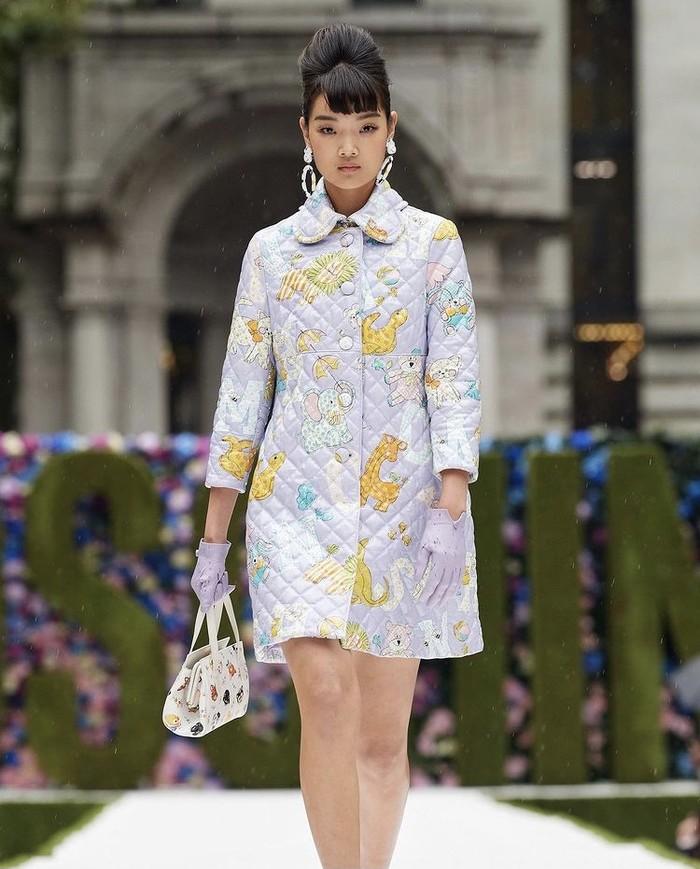 Siluet vintage juga dihadirkan pada potongan coat dress ala tahun 60an. Namun, kali ini semakin playful dengan warna pastel dan gambar kartun. Foto: instagram.com/ellesingapore