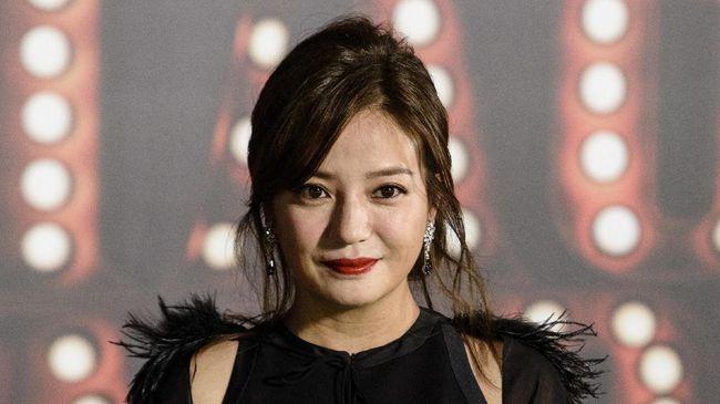 Vicki Zhao 'kembali' ke Weibo setelah hilang dari internet 18 hari. Ia kembali untuk mengucapkan ulang tahun kepada seorang sutradara asal China.
