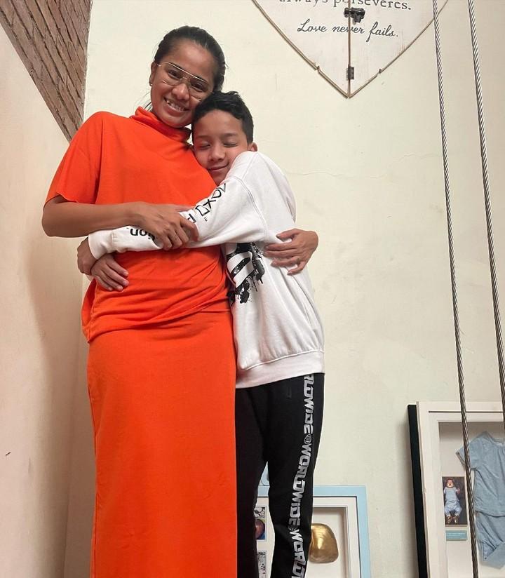 Chika Waode dan anaknya.