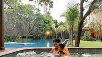 <p>Terdapat dua kolam renang yang sangat aestetik di rumah Devina. Saat berenang dengan anaknya, ia nampaknya memilih kolam yang lebih kecil nih, Bunda. (Foto: Instagram @devinahermawan)</p>