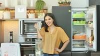 <p>Sebagai seorang Chef, wajar kalau dapur di rumah Devina sangat mencuri perhatian ya, Bunda. Memiliki dapur yang bagus dengan kitchen set super lengkap menjadi dambaan bukan? <em>He-he-he.</em> (Foto: Instagram @devinahermawan)</p>