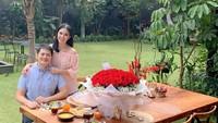 <p>Chef yang belakangan semakin mencuri perhatian saat makin aktif di YouTube ini, memilih backard rumah sebagai tempat untuk makan siang romantis bersama sang suami saat momen Valentine. (Foto: Instagram @devinahermawan)</p>