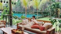 <p>Sofa empuk dengan pemandangan serba hijau membuat teras di rumah Devina terlihat semakin cozy dan nyaman ya, Bunda. Membuat huniannya enggak kalah dengan hotel mewah. (Foto: Instagram @devinahermawan)</p>