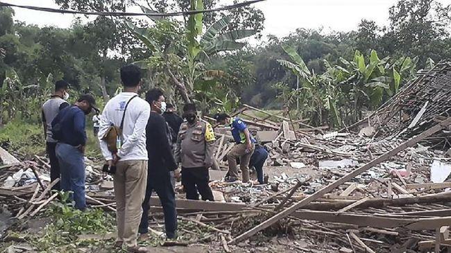 Polisi menyebut ledakan berasal dari bom ikan, dua orang tewas dan empat lainnya mengalami luka dan kini telah mendapat perawatan di Puskesmas Gondangwetan.