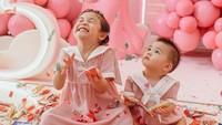 <p>Sang adik, Dante Oliver Alinskie ikut antusias merayakan ulang tahun kakaknya. Ia juga dipakaikan dress code yang enggak kalah lucu dari Natusha. (Foto: Instagram @dante.oliver.alinskie)</p>