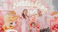 <p>Anak sulung pasangan Chelsea Olivia dan Glenn Alinskie ini lahir pada 2016 silam. Tahun ini, ulang tahun Natusha dirayakan dengan nuansa negeri dongeng berkonsep serba pink. (Foto: Instagram @glennalinskie)</p>