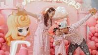 <p>Namun, tak mengurangi kecerian keluarga mereka dalam merayakan pertambahan usia Natusha ya. Balon dan confeti membuat acara ultah semakin semarak. (Foto: Instagram @glennalinskie)</p>