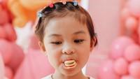 <p>Hari ulang tahun adalah momen Natsuha dibebaskan makan permen, coklat, dan wafer. Tapi, tetap harus disiplin gosok gigi ya. Selamat ulang tahun Natusha. (Foto: Instagram @chelseaolivia)</p>