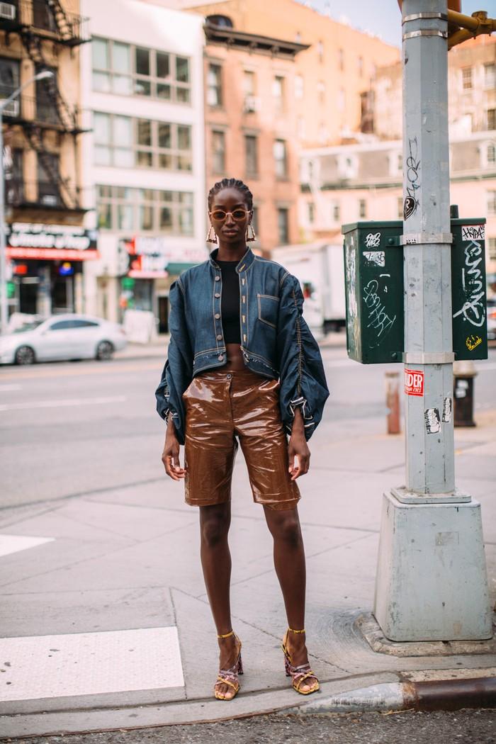 Padanan bahan yang kontras seperti denim dengan leather ataupun PVC kian terlihat edgy dengan siluet lengan bervolume pada jaket. Foto: livingly.com/IMAXtree
