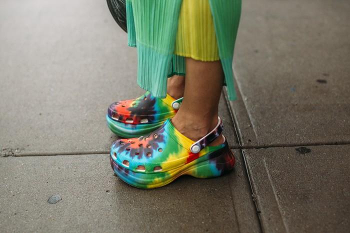 Siapa sangka, bahwa alternatif lain selain kitten heels adalah sepatu Crocs. Permainan corak tie dye multiwarna menjadi statement tersendiri. Foto: livingly.com/IMAXtree