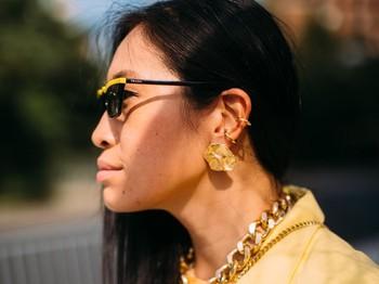 Untuk perhiasan, desain yang modern dan bold kembali menjadi favorit. Selain emas, kamu juga bisa mencoba perak atau bermain dengan warna monokrom. Foto: livingly.com/IMAXtree