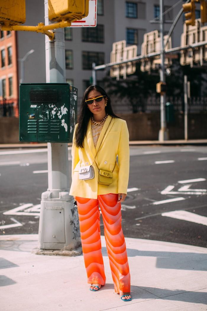 Meski memasuki musim gugur di New York, namun tak ada alasan untuk tampil vibran. Kombinasi warna kuning dan oranye seperti berikut bisa juga menjadi inspirasimu. Foto: livingly.com/IMAXtree