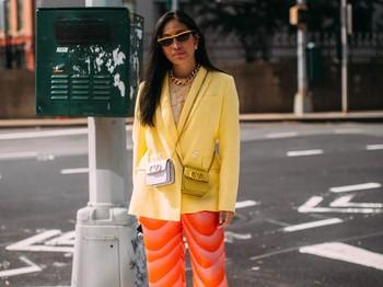 Gaya kasual nan playful turut menjadi pilihan para tamu undangan New York Fashion Week. Tak lupa mereka melengkapinya dengan pilihan aksesori yang menggemaskan.Foto: livingly.com/IMAXtree