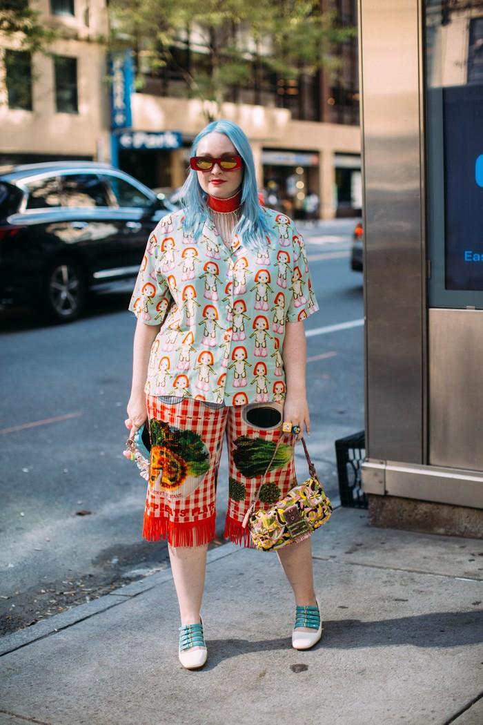 Jangan ragu untuk tabrak motif. Selama masih satu rona semisal sama-sama berbusana cerah, kamu akan tetap tampil stylish. Seperti salah satu tamu undangan New York Fashion Week berikut. Foto: livingly.com/IMAXtree