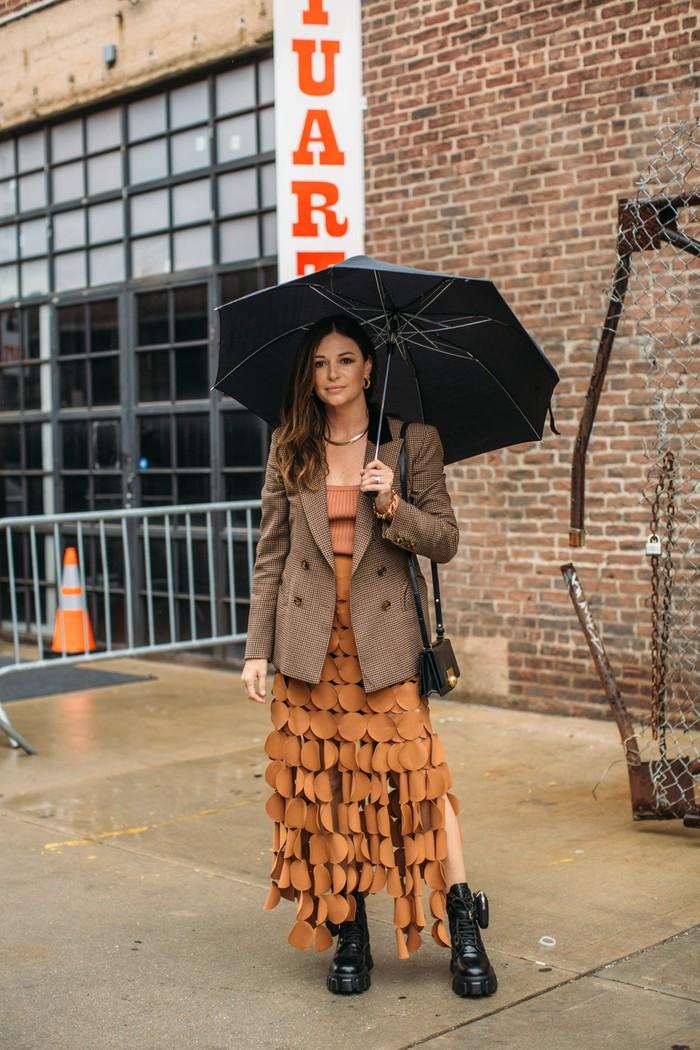 Tampilan serba warna coklat dapat terlihat menjadi lebih bold dengan sematan detail unik. Saatnya untuk mengenakan dress favoritmu dengan boots. Foto: livingly.com/IMAXtree