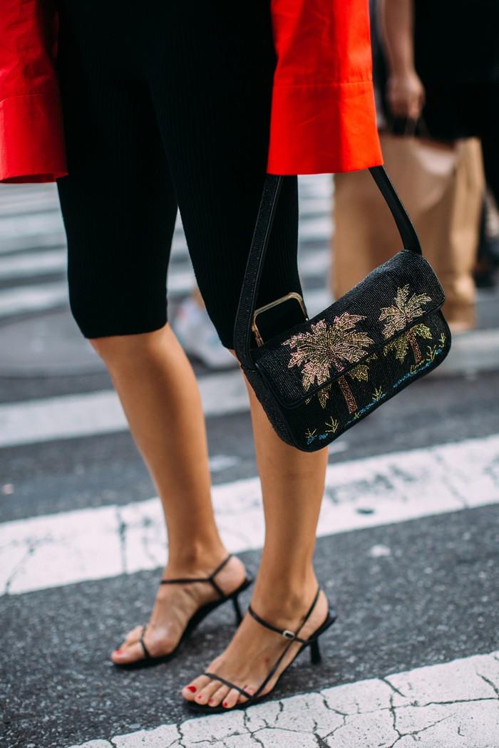 Kitten heels menjadi pilihan sepatu favorit para bintang street style. Selain nyaman juga memberi nuansa classy pada penampilan. Foto: livingly.com/IMAXtree