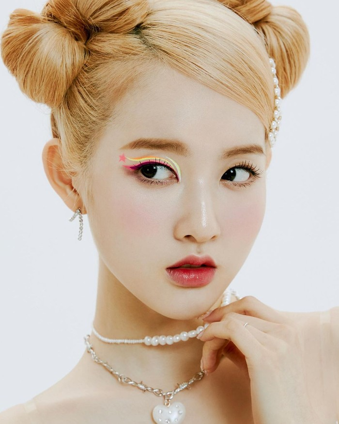 Berikutnya, Sieun adalah vokalis utama dalam girl group STAYC. Ia pernah berakting di banyak drama Korea termasuk Mystic Pop-up Bar, Just Between Lovers,dan Still 17./Foto: Instagram.com/stayc_highup