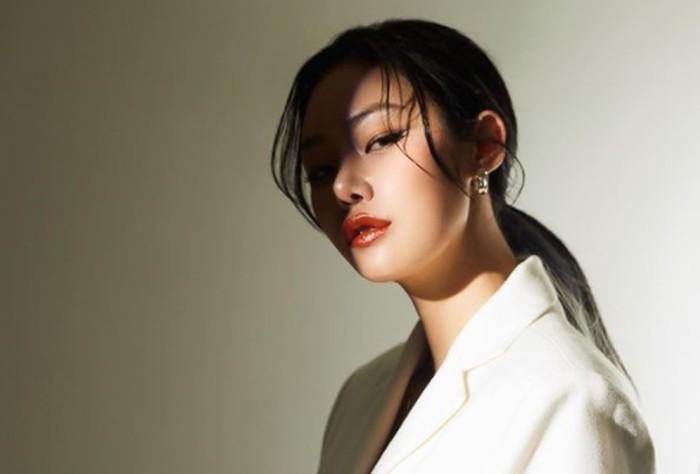 Dikenal sebagai perempuan keren yang badass karena penampilannya yang tomboy, pesona Cheetah tidak kalah menawan dengan aktris Korea ketika sudah tampil feminin, lho!/Foto: instagram.com/dhdldzlzl