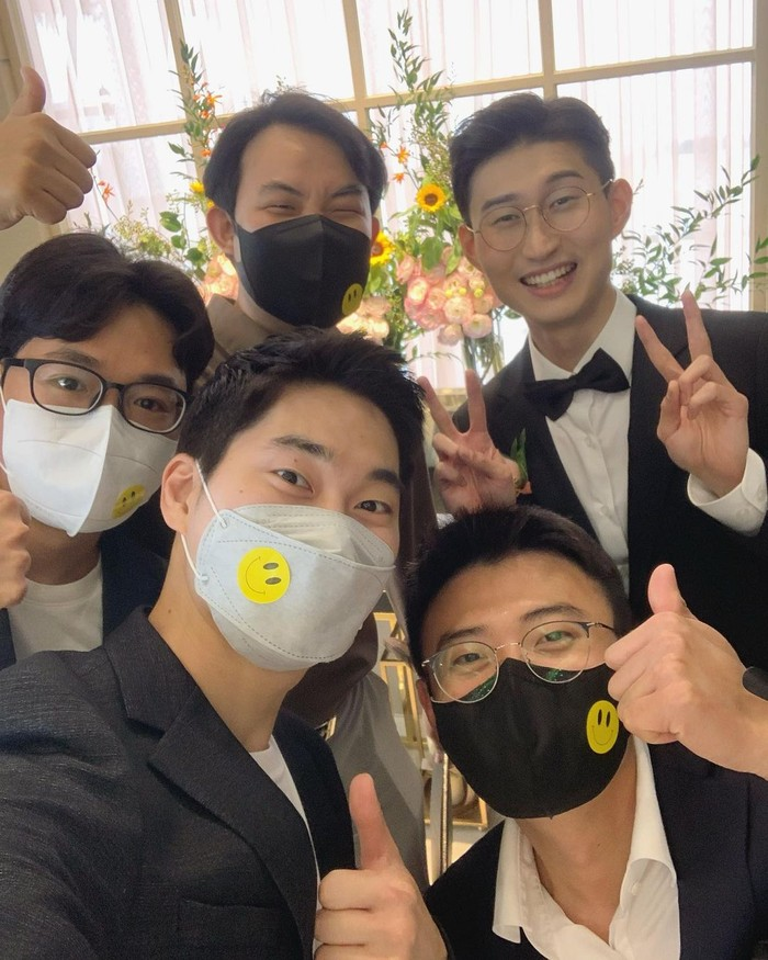 Geba atau yang biasa dikenal dengan Bung Korea juga datang ke acara pernikahan Bandung Oppa, lho. Karena diadakan pada masa pandemi, jadi tamu diwajibkan memakai masker,nih. Protokol kesehatan tetap yang utama ya!/Foto: Instagram.com/bungkorea