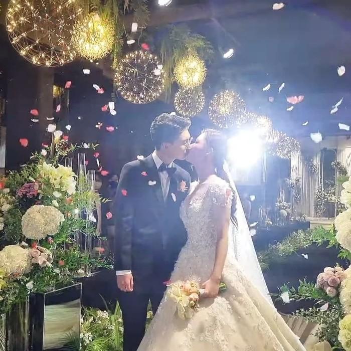 Hari yang dinantikan pun tiba. Bandung Oppa menikah pada Sabtu (4/9), ia terlihat tampan dengan setelan jas dan sang istri juga tampak cantik dengan gaun putih berpayet. Romantis seperti di drama Korea ya, Beauties?/Foto: Instagram.com/bandung_oppa